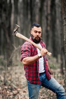 Trabalhador adulto caucasiano atraente barba