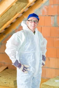 Trabalhador, anexando isolamento térmico ao telhado