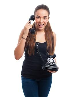 Trabalhador animado usando um telefone do vintage