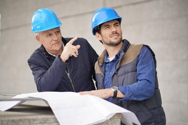 Trabalhador, apontar, e, mostrando, algo, para, empregado, ligado, modernos, predios, vista