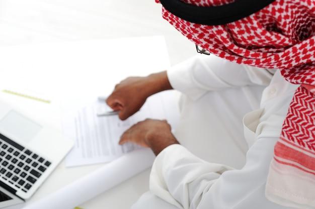 Trabalhador árabe trabalhando
