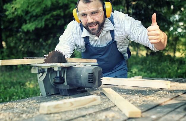 Trabalhador barba homem com serra circular