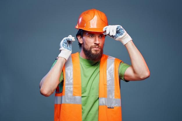 Trabalhador barbudo com chapéu laranja e colete reflexivo