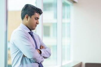 Trabalhador chateado, enfrentando-se com tarefa difícil