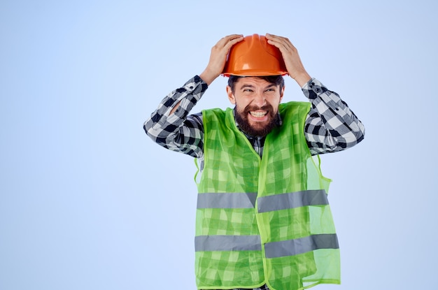 Trabalhador, colete verde, laranja, capacete, fluxo de trabalho, mão, gestos, estúdio