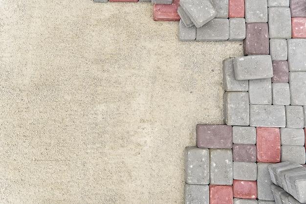 Trabalhador colocar pedras de pavimentação. pavimento de pedra, trabalhador da construção civil colocando pedras de paralelepípedos na areia.