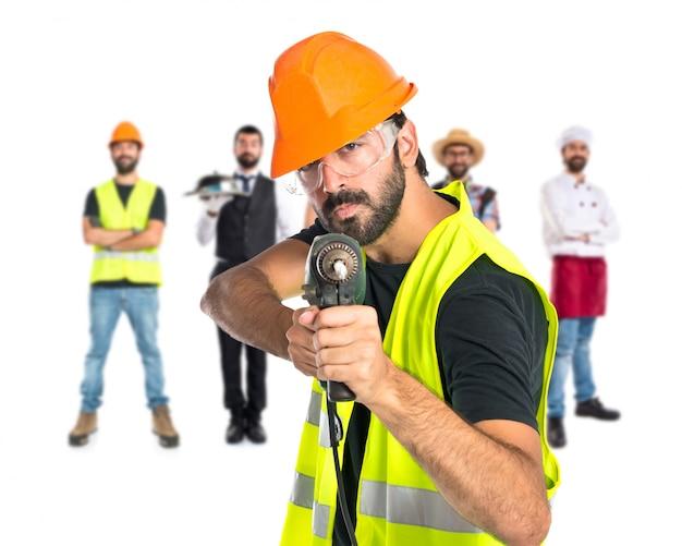 Trabalhador com broca sobre fundo branco