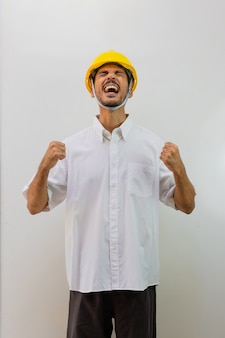 Trabalhador com capacete isolado no fundo branco. homem negro com um capacete com várias expressões.