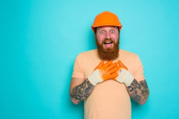 Trabalhador com chapéu amarelo está feliz com seu trabalho