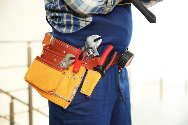 Trabalhador com cinto de ferramentas, vista de perto