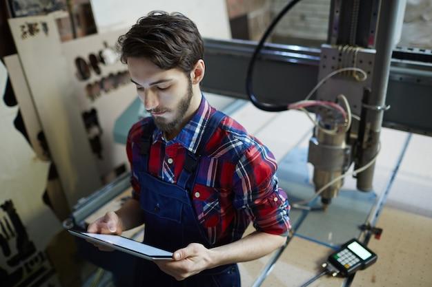 Trabalhador com configurações de tablet