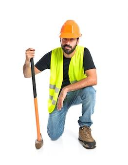 Trabalhador com machado sobre fundo branco