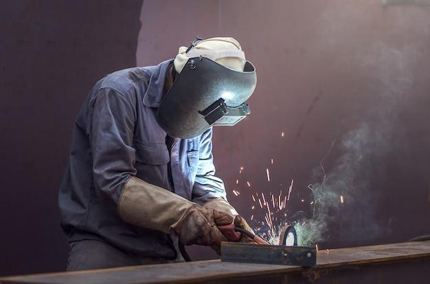 Trabalhador, com, máscara protetora, metal soldadura
