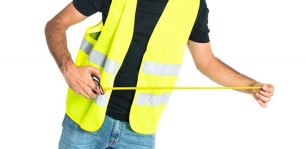 Trabalhador com medidor sobre fundo branco