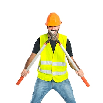 Trabalhador com tesoura segadeira sobre fundo branco