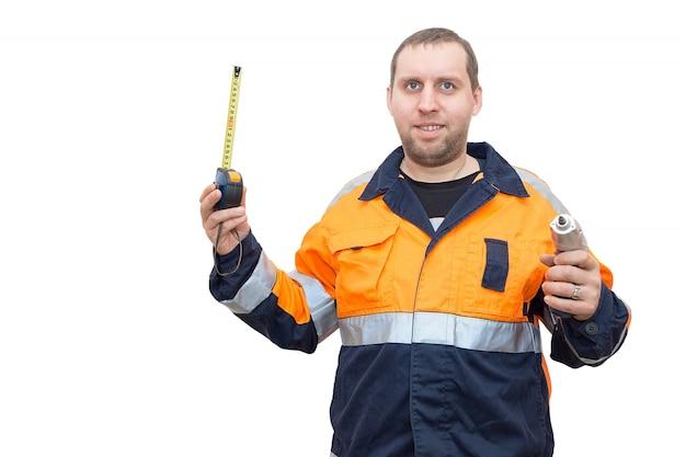 Trabalhador com uma fita métrica