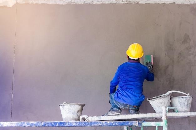Trabalhador construção, usando, espátula, reboco, concreto, durante, parede, coberta, trabalhos