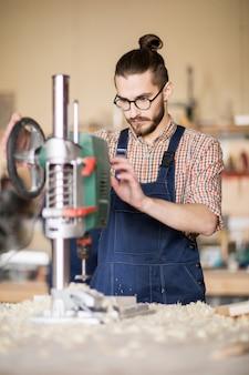 Trabalhador contemporâneo usando a unidade de corte