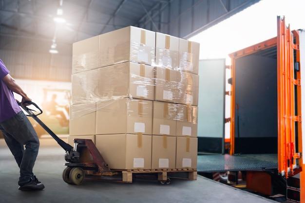 Trabalhador courier descarregando caixa de pacotes fora do contêiner de carga serviço de entrega logística de armazém