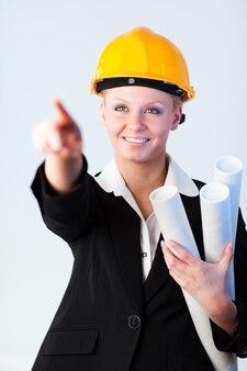 Trabalhador da construção civil apontando