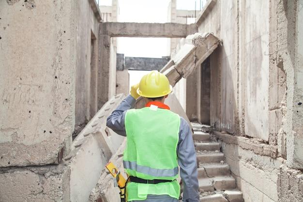 Trabalhador da construção civil com capacete ao ar livre.