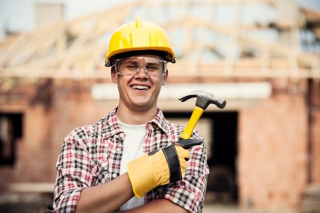 Trabalhador da construção civil com martelo