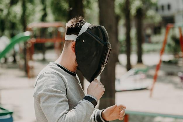 Trabalhador da construção civil com máscara de soldagem