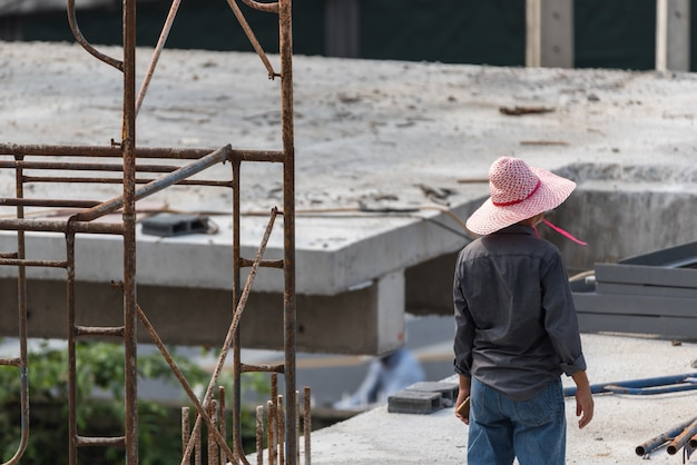 Trabalhador da construção civil de pessoas no canteiro de obras