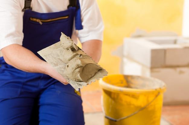 Trabalhador da construção civil é de ladrilho em casa