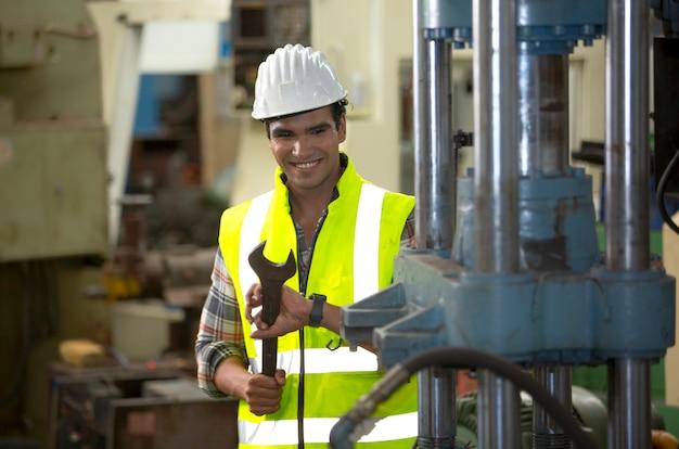 Trabalhador da construção civil em uma fábrica