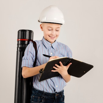 Trabalhador da construção civil escrevendo no caderno