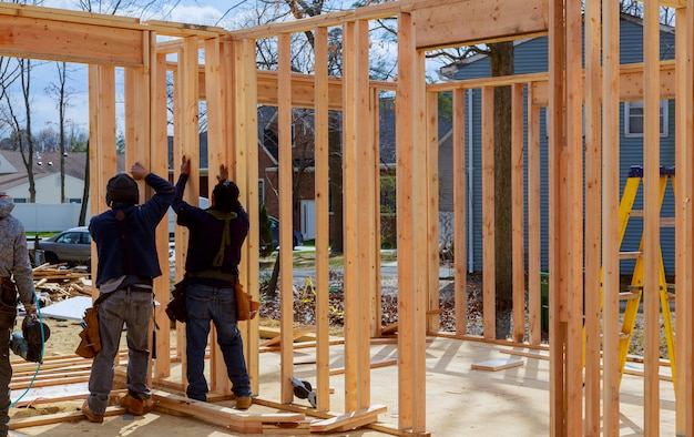 Trabalhador da construção civil, estrutura de madeira na nova casa