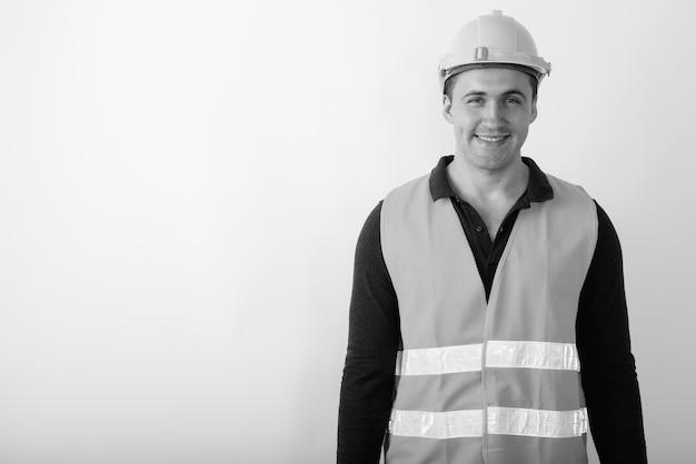 Trabalhador da construção civil feliz jovem homem musculoso sorrindo.