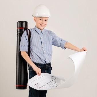 Trabalhador da construção civil feliz segurando o projeto