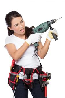 Trabalhador da construção civil feminino com broca