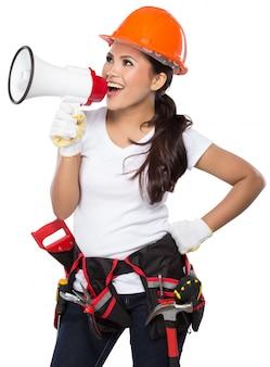 Trabalhador da construção civil feminino em ação