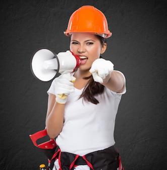 Trabalhador da construção civil feminino gritando