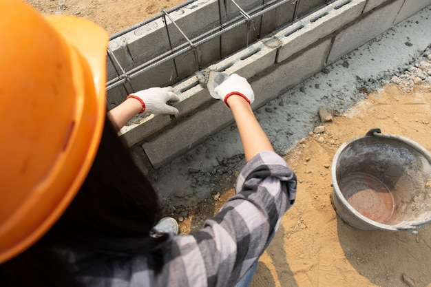Trabalhador da construção civil feminino robusto no canteiro de obras