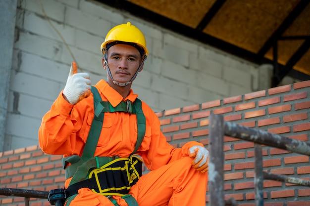 Trabalhador da construção civil instalar tijolos no canteiro de obras