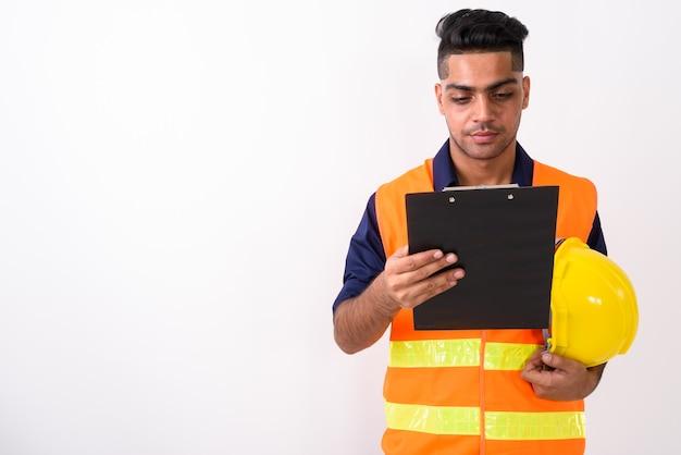 Trabalhador da construção civil jovem indiano em branco