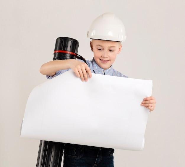 Trabalhador da construção civil jovem segurando o projeto