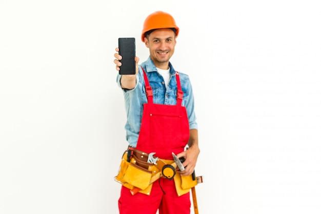 Trabalhador da construção civil masculino com cabelo preto curto em uniforme isolado