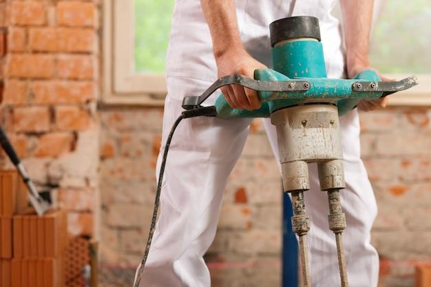 Trabalhador da construção civil misturando concreto