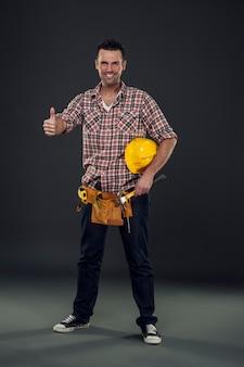 Trabalhador da construção civil mostrando o polegar para cima