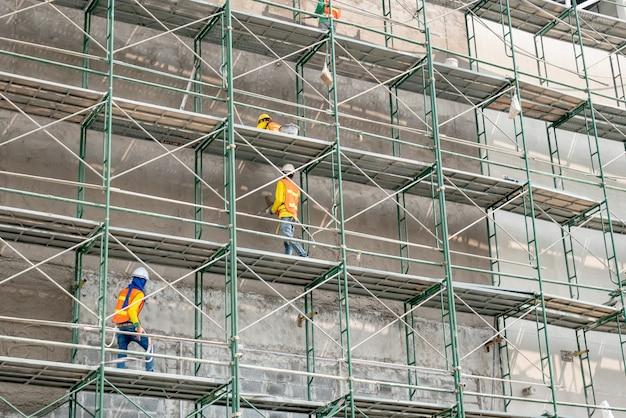 Trabalhador da construção civil no andaime