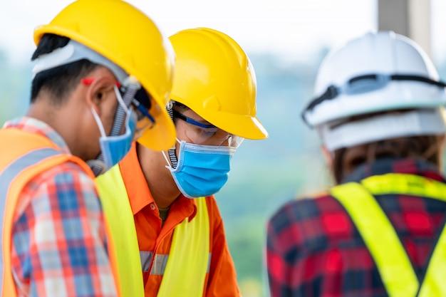 Trabalhador da construção civil no canteiro de obras, conceito de construção residencial em construção.