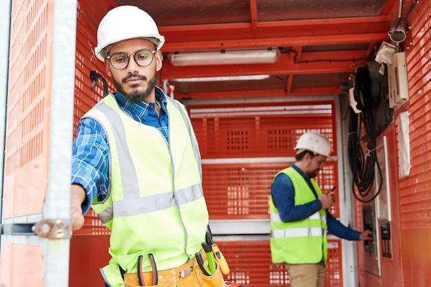 Trabalhador da construção civil no oriente médio usando transportador