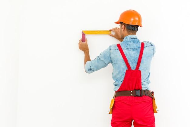 Trabalhador da construção civil pullong uma corda.