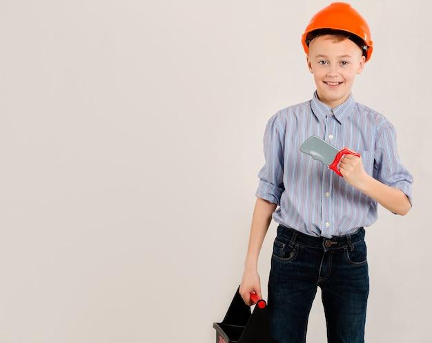Trabalhador da construção civil segurando a ferramenta