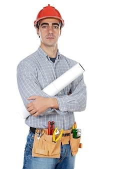 Trabalhador da construção civil sobre o terreno de volta branco